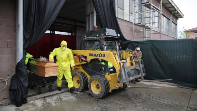 coffins of coronavirus victims moved from a temporary hub to crematoriums by the italian military in bergamo lombardia italy on tuesday march 20 2020 - 棺点の映像素材/bロール