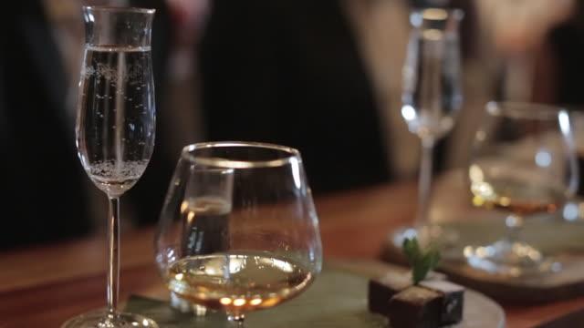cognac cocktail serving board - toffee stock-videos und b-roll-filmmaterial