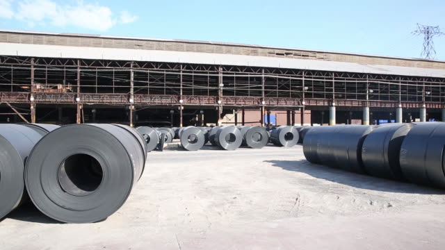 vidéos et rushes de coiled steel rolls in a cooling yard at the united states steel corp. granite city works facility in granite city, illinois, u.s. on thursday, july... - acier