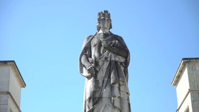 vídeos de stock e filmes b-roll de coimbra-university - estátua