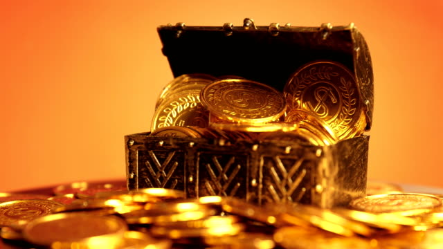 coin in treasure chest - arte dell'antichità video stock e b–roll