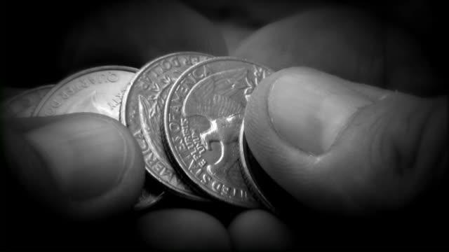 Münzen und Obdachlosen männliche person Hände. Ändern. Geld.