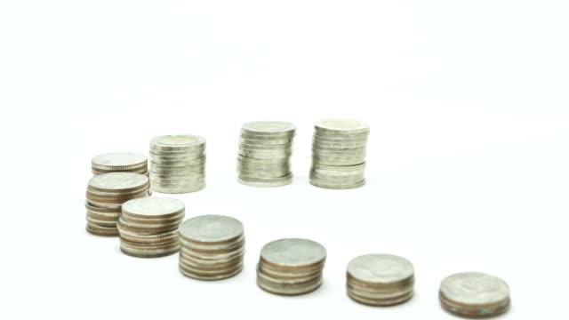 monete in aumento - moneta da 5 centesimi statunitensi video stock e b–roll