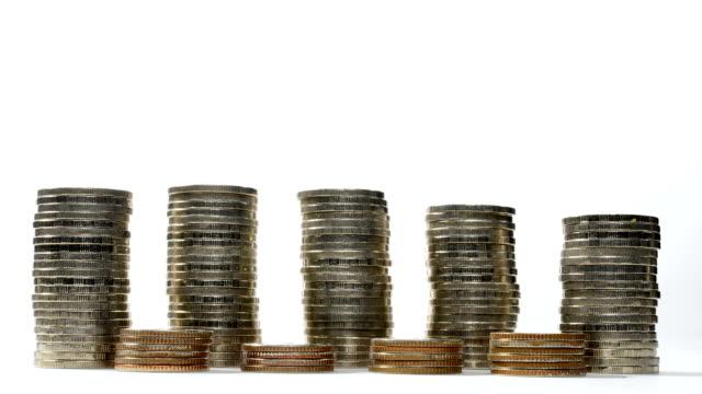 Münzen auf Stapel verringert auf weißem Hintergrund - Stop-motion