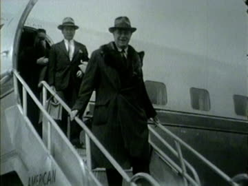 col. robert r. mccormick, editor and publisher of chicago tribune, arrives on a plane in chicago in 1953. - torre del tribune video stock e b–roll