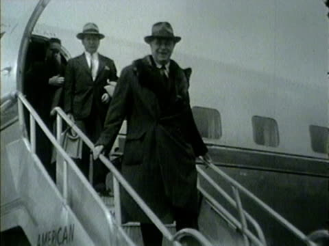 col. robert r. mccormick, editor and publisher of chicago tribune, arrives on a plane in chicago in 1953. - トリビューンタワー点の映像素材/bロール