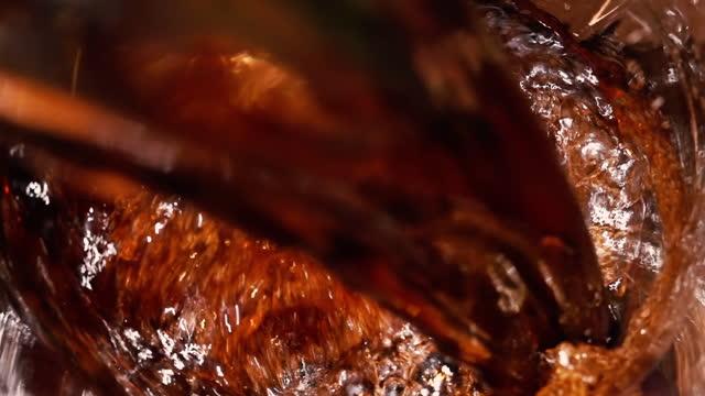 cola kolsyrad dryck hälla i slow motion. - läsk bildbanksvideor och videomaterial från bakom kulisserna