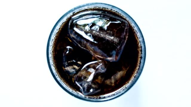 vídeos y material grabado en eventos de stock de cola y hielo en vaso. - cola gaseosa