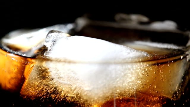 cola mit eis - cola stock-videos und b-roll-filmmaterial