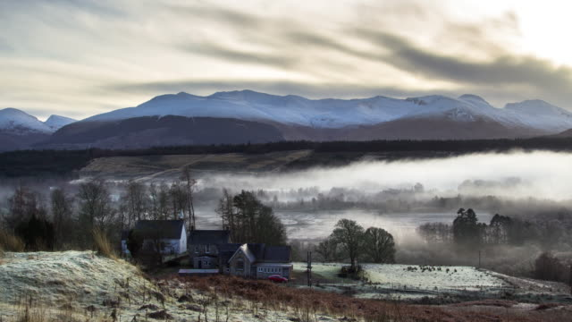 cold and misty morning in scottish highland village - time lapse - schottisches hochland stock-videos und b-roll-filmmaterial