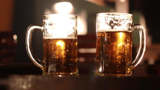 vidéos et rushes de bière fraîche - deux objets