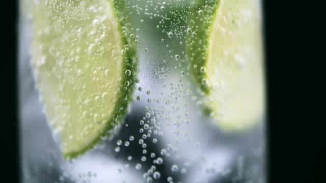 stockvideo's en b-roll-footage met tu koud drankje gegarneerd met muntblaadjes en kalk schijfjes - verfrissing