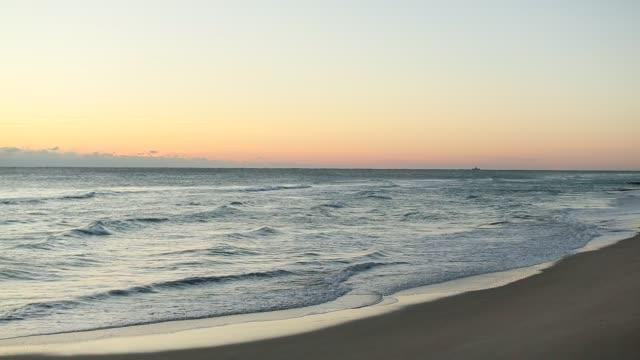 パームビーチの寒冷前線の日の出 - 泡立つ波点の映像素材/bロール