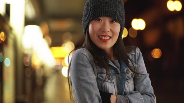 vidéos et rushes de cold millennial female wearing beanie and mittens at metro station - bras humain