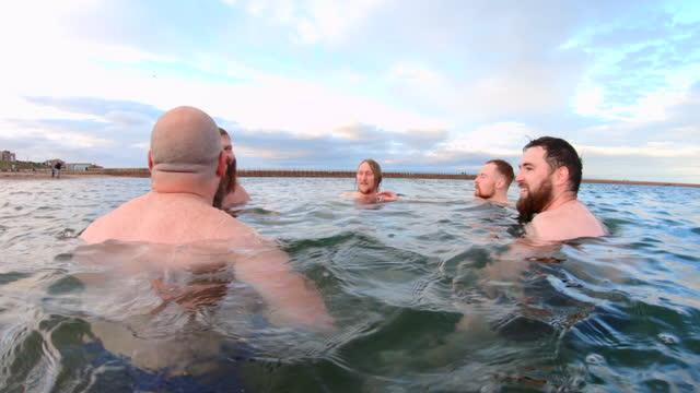 vidéos et rushes de thérapie à l'eau froide dans l'océan - jeune d'esprit
