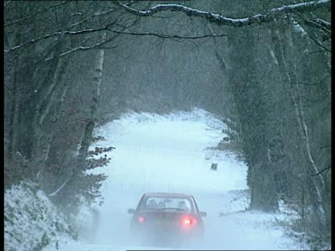 vídeos y material grabado en eventos de stock de cold weather payments itn england south yorkshire m1 motorway lone vehicle barely seen as along thru falling snow on motorway with `40' speed... - itv