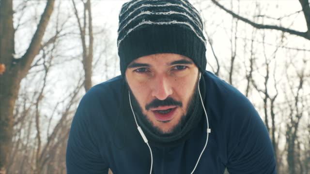 kälte ist keine entschuldigung für mich! - sichtbarer atem stock-videos und b-roll-filmmaterial