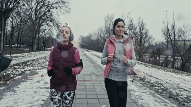 vídeos de stock, filmes e b-roll de frieza não incomodá-los - protetor de ouvido