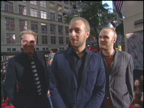 "stockvideo's en b-roll-footage met coldplay saying ""live on mtv"" to the cameras. coldplay walking the 2003 mtv video music awards red carpet. - 2003"