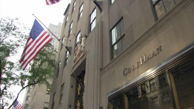 vidéos et rushes de ms la cole haan store exterior, 620 5th avenue / manhattan, new york city, new york, usa - avenue