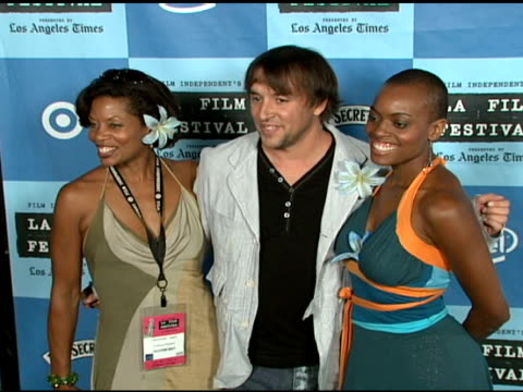 stockvideo's en b-roll-footage met colette divine richard linklater and j karen thomas at the 'a scanner darkly' premiere at ford theater in hollywood california on june 29 2006 - richard linklater