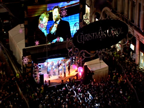 vídeos de stock, filmes e b-roll de colin firth and toby anstis at regent street london switching on the christmas lights at the a christmas carol premiere and christmas lights at... - colin firth