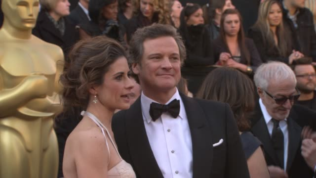 vídeos de stock, filmes e b-roll de colin firth and wife livia giuggioli at the 83rd annual academy awards arrivals pool cam at hollywood ca - colin firth