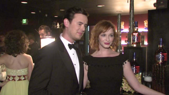 vídeos de stock, filmes e b-roll de colin hanks and christina hendricks at the lionsgate presents the live revue a night on the town with 'mad men' at los angeles ca - revista representação teatral