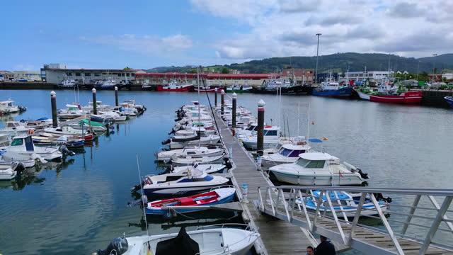 colindres harbour, marismas de santoña, victoria y joyel natural park, cantabrian sea, cantabria, spain, europe - 男漁師点の映像素材/bロール