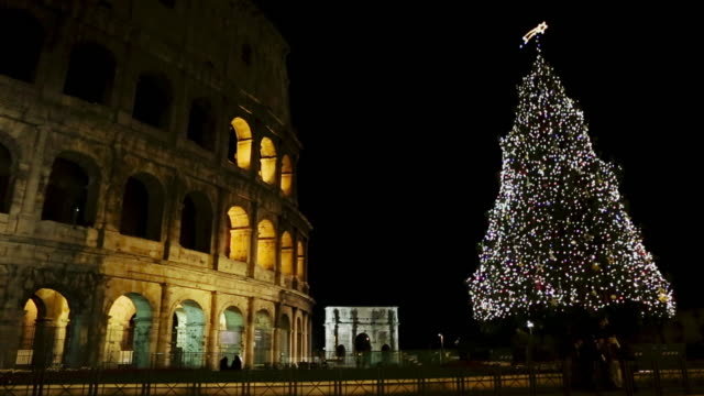 coliseum and christmas tree in rome - albero di natale video stock e b–roll