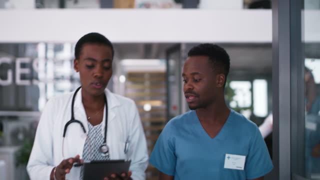 stockvideo's en b-roll-footage met samenwerken is in het belang van de patiënt - operatiekleding