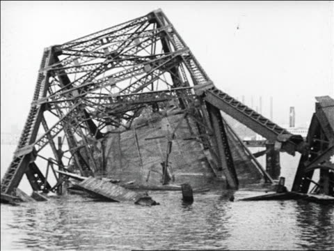 vidéos et rushes de b/w 1926 collapsed bridge in water / san francisco / newsreel - 1926