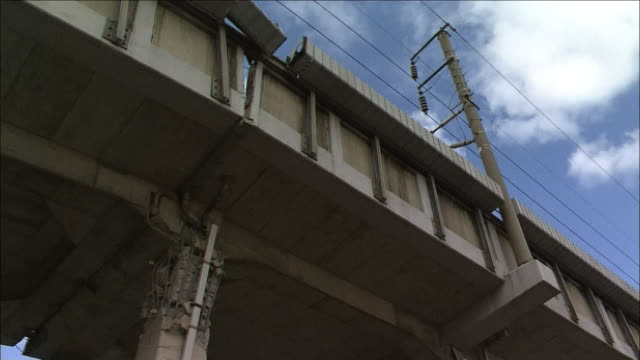 collapsed railway viaduct of sanyo shinkansen near kobe japan - veicolo terrestre commerciale video stock e b–roll
