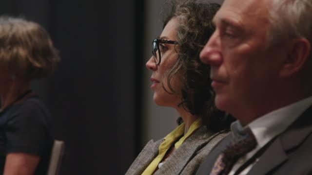 kollegen bei der konferenz im auditorium - zuschauerraum stock-videos und b-roll-filmmaterial