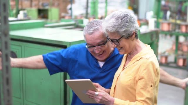 stockvideo's en b-roll-footage met collega's die goed nieuws in de industrie vieren - effectiviteit