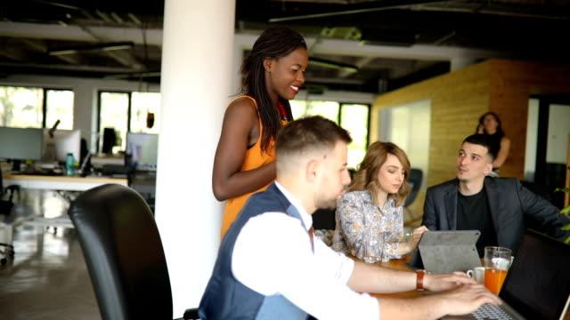 vídeos de stock e filmes b-roll de colleagues cooperating on work project - empregado