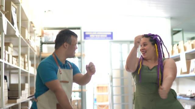 vídeos de stock, filmes e b-roll de colegas dançando em uma loja - expressar otimismo