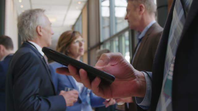 kollegen diskutieren während der konferenzveranstaltung - ruhen stock-videos und b-roll-filmmaterial