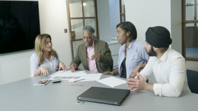 Kollegor som diskuterar projekt