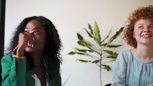 stockvideo's en b-roll-footage met colleagues during meeting at office - roodhoofd
