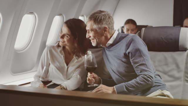 vídeos y material grabado en eventos de stock de colegas disfrutando del vino tinto en jet corporativo - pasajero