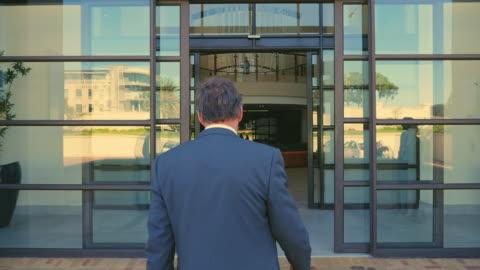 vidéos et rushes de colleagues entering office - entrée