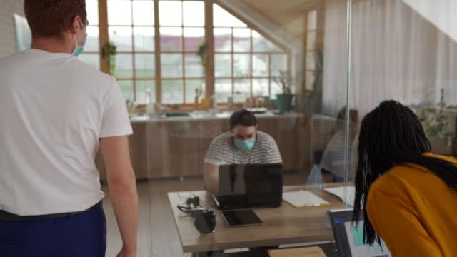 vidéos et rushes de collègues se saluant avec la bosse de coude au bureau - affiche