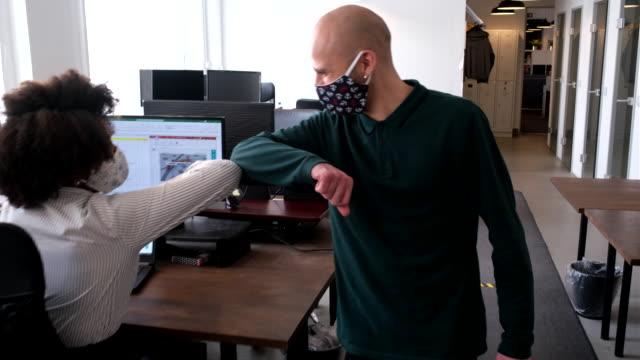 vidéos et rushes de collègues saluant avec la bosse de coude dans le bureau - accueil entreprise