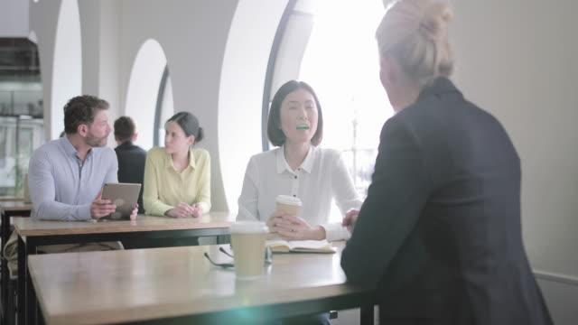 colleagues having a casual business meeting - グローバル点の映像素材/bロール