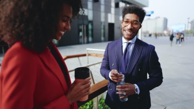 金融街でコーヒーブレイクをする同僚 - 飲み物点の映像素材/bロール