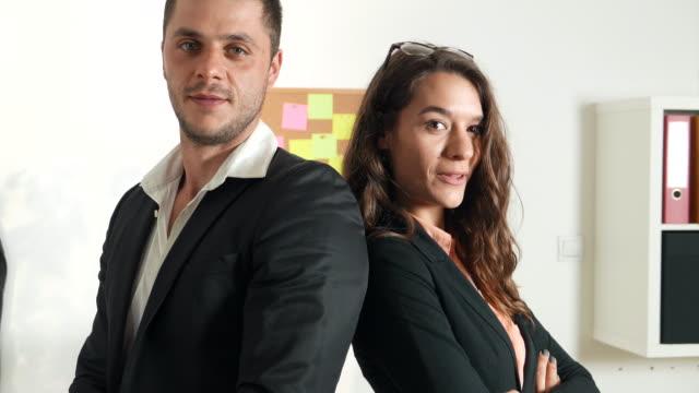stockvideo's en b-roll-footage met collega's in een bedrijf organazation camera kijken - employee engagement
