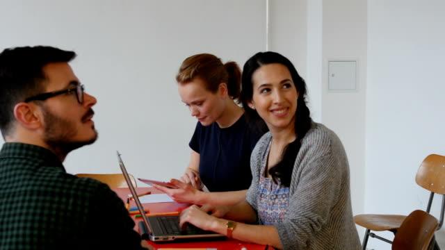 Kollegen zuhören-Präsentation im Büro