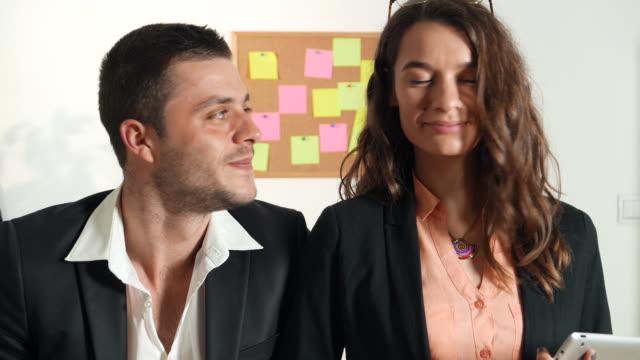 stockvideo's en b-roll-footage met collega's kijken camera - employee engagement