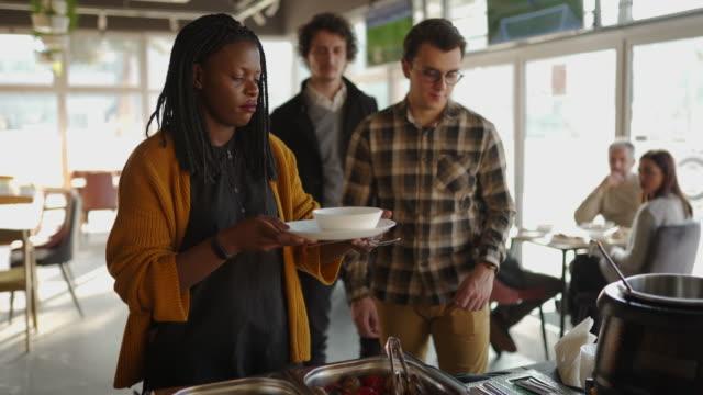 vidéos et rushes de collègues sur la pause déjeuner de conférence d'affaires au restaurant libre-service - collègue